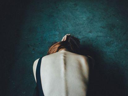 Una mujer que sufre anorexia, de espaldas.
