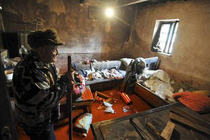 Un vecino de Devecser, a algo más de 160 kilómetros de Budapest, observa cómo ha quedado su casa tras la inundación de barro tóxico.