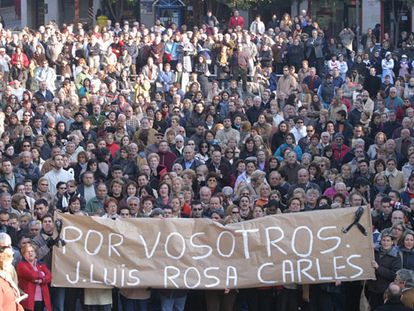 Manifestación de protesta por el triple crimen celebrada ayer en Castelldefels.