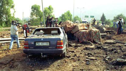 Los coches destrozados del juez Giovanni Falcone y su escolta poco después del atentado en Capaci.