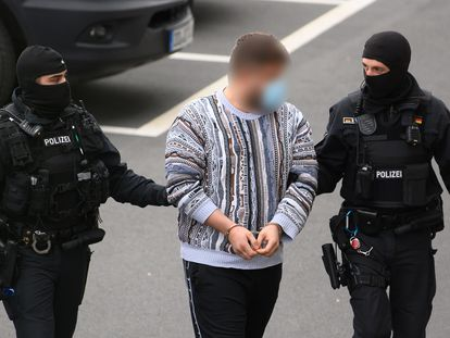 La policía traslada a un detenido al tribunal provincial de Dresde, tras las redadas relacionadas con el robo de las joyas de la Bóveda Verde el año pasado.