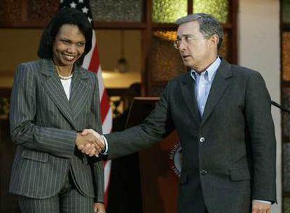 Rice y Uribe, tras su encuentro el viernes en Medellín.