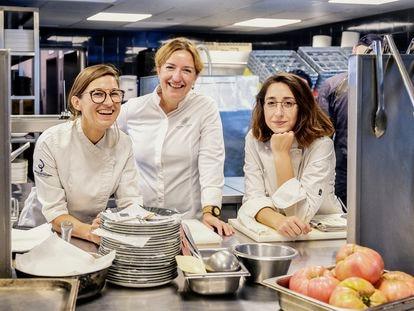 Las cocineras Carlota Claver. Iolanda Bustos y Laura Veraguas comparten la cocina del restaurante Fire.