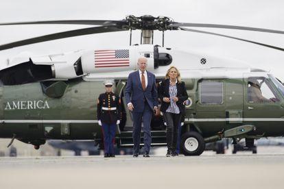 El presidente de Estados Unidos, Joe Biden, y la primera dama, Jill Biden, a punto de embarcar en el Air Force One el viernes pasado en la base militar de Dover (Maryland).