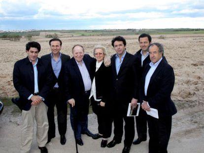 Sheldon Adelson (tercero por la izquierda) y su esposa junto a representantes públicos durante su visita a los terrenos de Eurovegas en Alcorcón, en mayo de 2012.