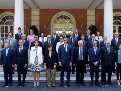 Foto de familia previa a la reunión del patronato de la Fundación Carolina con Pedro Sánchez y varios ministros.