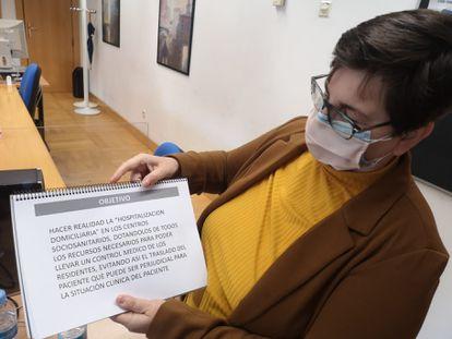 """Encarnación Burgueño muestra el proyecto que aprobó la consejería de Sanidad de la Comunidad de Madrid. Buscaba """"hacer realidad la hospitalización domiciliaria en los centros sociosanitarios"""""""