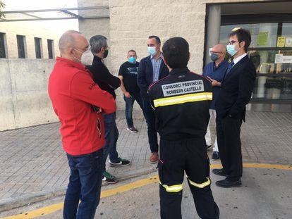 Miembros del departamento de Emergencias de la Generalitat y del Consorcio de Bomberos de Castellón ante el hospital donde ha sido trasladado el bombero fallecido.