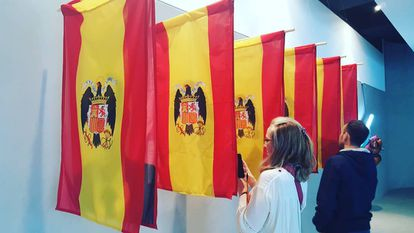 These flags, by Julia Eme and Byron Maher, try to show the connection of these politicians with the Franco dictatorship.