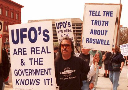Un grupo de manifestantes creyentes del fenómeno ovni marchan frente a la Oficina de Contabilidad General (GAO) pidiendo que se esclarezcan los hechos del incidente ovni de Roswell.