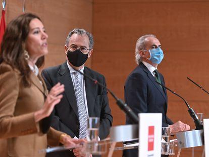 El consejero de Educación y portavoz, Enrique Ossorio, en el centro, junto a la consejera de Presidencia, Eugenia Carballedo, y el de Sanidad, Enrique Ruiz Escudero, durante la comparecencia,