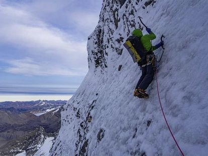 Uisdean Hawthorn escala una pared del Monte Robson
