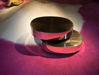 """<p>Uno de los nombres más recurrentes durante la última edición de Milano Design Week ha sido el de Gabriella Crespi, una diseñadora y arquitecta que reinó en los años setenta gracias a futuristas muebles de autor fabricados de manera artesanal. Crespi falleció en 2017, y este año los homenajes han llegado en forma de exposiciones como la que albergó <a href=""""http://www.dimoregallery.com/"""" rel=""""nofollow"""" target=""""_blank"""">Dimore Gallery</a>, con piezas tan rotundas como sus célebres mesas de centro.</p>"""