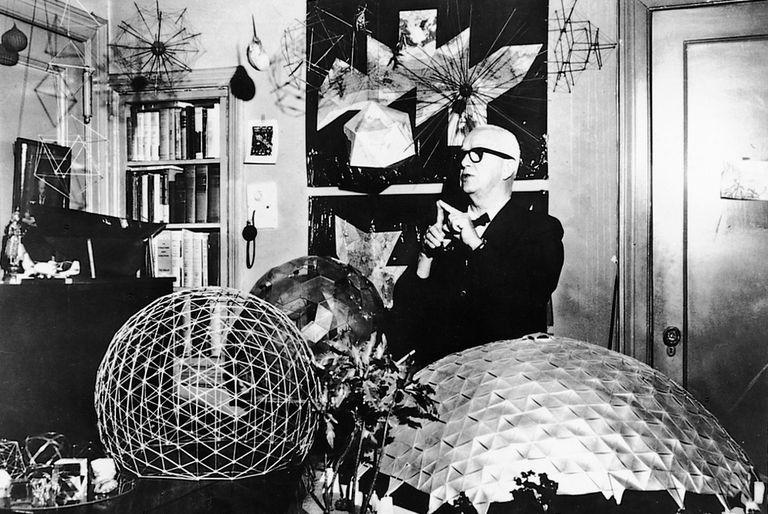 Buckminster Fuller (1895-1983), fotografiado en su despacho de la Universidad de Illinois en 1967.