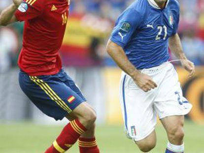 Busquets, ante Pirlo en la final de la pasada Eurocopa.