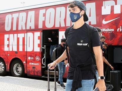 João Félix, a la llegada del Atletico de Madrid al hotel de concentración en Lisboa. / EFE