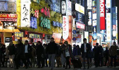 Decenas de personas caminan por una de las calles comerciales de Tokio, el pasado jueves.