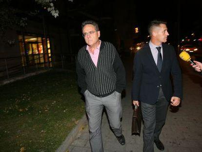 Lluís Arola, a la izquierda, junto con su abogado, ayer a la salida del juzgado de Reus.