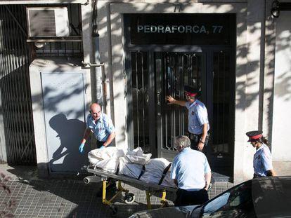 Momento en que retiran el cuerpo de una mujer asesinada por su pareja en Barcelona en 2014.