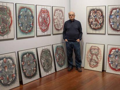 Luis Gordillo, este lunes en el Espacio Santa Clara junto a la serie 'Celulario' (1995), parte de la cesión que ha hecho a Sevilla.