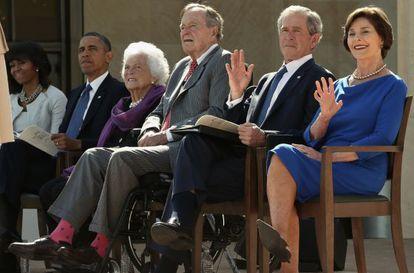 Barack y Michelle Obama, acompañan George y Barbara Bush y a George y Laura Bush en la inauguración de la Biblioteca George W. Bush.
