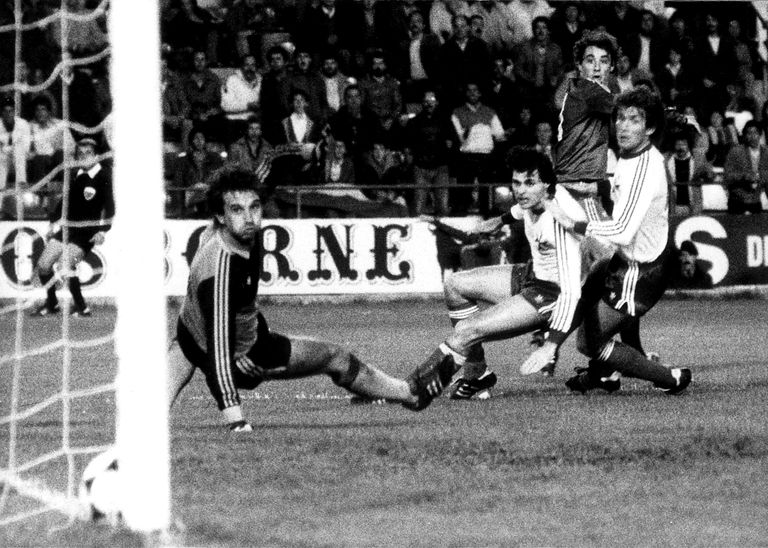 Rincón marca durante el partido entre España y Malta de 1983, en el Benito Villamarín de Sevilla.