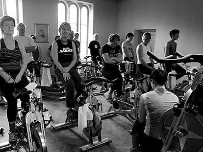 Un grupo de personas de mediana edad, en un gimnasio de Gotemburgo (Suecia).