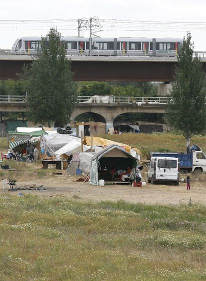 Más de cuarenta familias se han trasladado a un descampado de chabolas en Sevilla.
