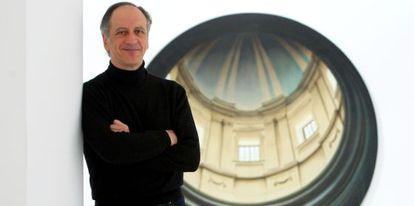 Javier Riaño, este jueves en la sala Rekalde, en Bilbao, ante uno de los cuadros de la exposición.