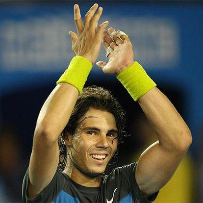 Rafa Nadal aplaude al público tras su victoria en Melbourne.