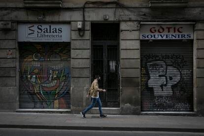 Comercios cerrados en en el barrio Gótico de Barcelona.