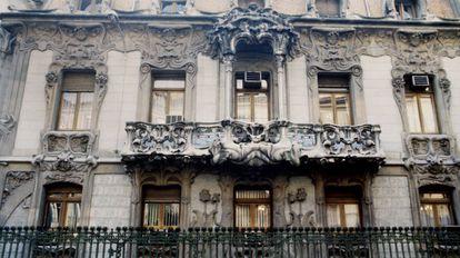 Detalle de las balconadas de la fachada de la Sociedad General de Autores (SGAE).