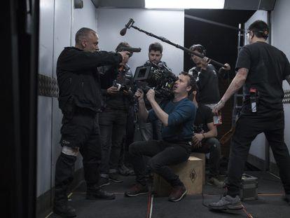 Javier Gutiérrez, en el rodaje de 'Bajocero'. En el centro, al fondo, el director Lluís Quílez.