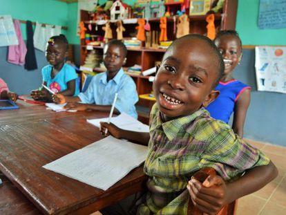 Amadu aprendiendo a escribir el abecedario en una escuela de Makeni, Sierra Leona.