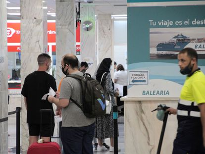 Varios pasajeros se disponen a embarcar en un ferri a la Península en el puerto de Ceuta, después de que se hayan restablecido las conexiones tras la crisis del coronavirus.