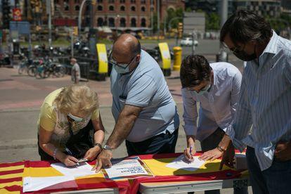 Recogida de firmas en la plaza de España de Barcelona, el día 13 de junio.