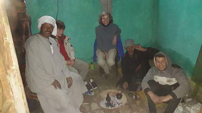 Mariàngela Taulé, con miembros egipcios del equipo en Sharuna.