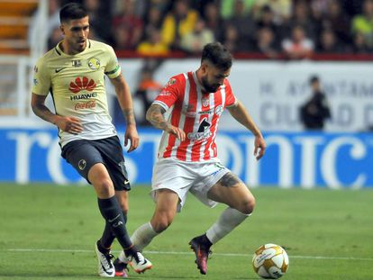 Luis Gallegos (d) controla el balón
