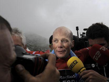 Horner atiende a los medios tras su llegada al L'Angliru.