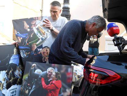 Mourinho llega a su vivienda de Londres tras ser despedido del Tottenham, este lunes.