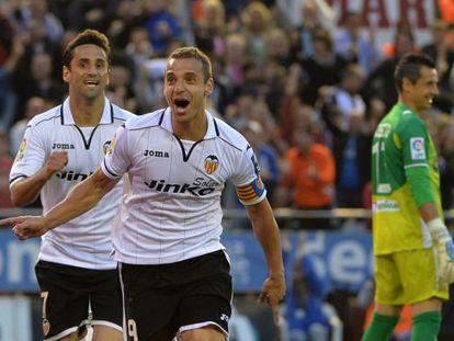 Soldado y Jonas celebran el gol de la victoria.