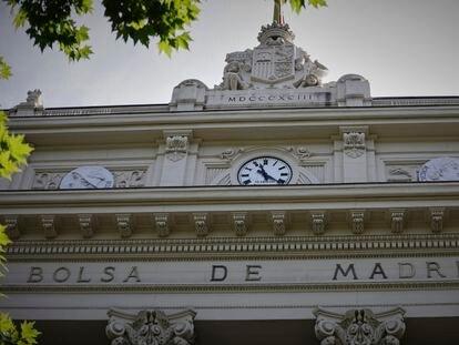 Parte superior de la fachada del edificio de la Bolsa de Madrid.