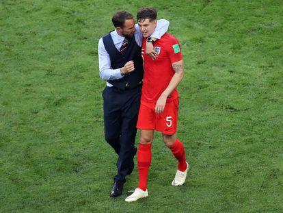 Southgate conversa con Stones, tras la victoria de Inglaterra ante Suecia.