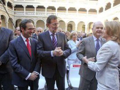 Cospedal saluda (de derecha a izquierda) a Chaves, Rajoy y Bono.