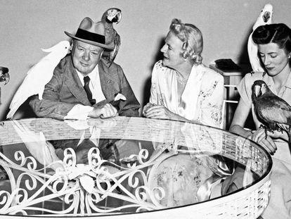 Winston Churchill en 1946 en Miami Beach junto a su mujer, Clementine, y su hija, Sarah.