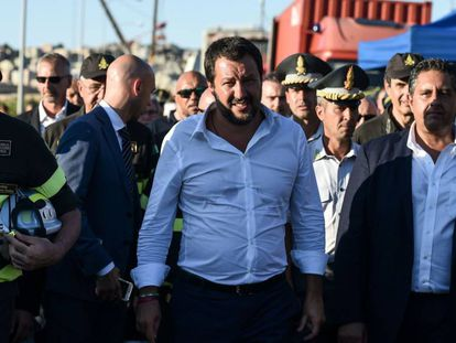 El ministro de Interior, Matteo Salvini, visita la zona del accidente de Génova, este miércoles.