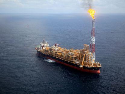 Una plataforma petrolera flotante, en 2018, en el Atlántico sur.