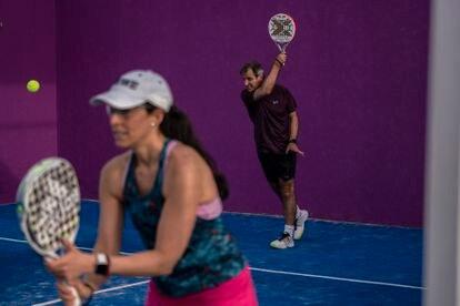 Una pareja juega al pádel en Madrid el pasado viernes.