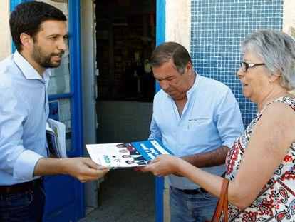 João Ferreira, cabeza de lista de CDU (Coalición de PC más Los Verdes) reparte su programa electoral en Montijo.