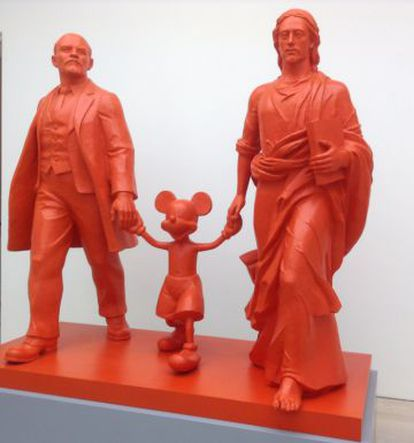 'Hero, Leader, God' obra de Kosolapov expuesta en la galería Saatchi de Londres en 2014.